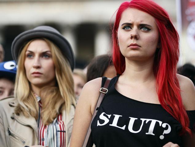 Dos mujeres participan en una de las populares 'Slut Walks' en Londres (2012)