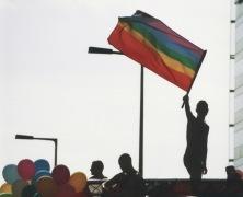 Hombre con bandera gay