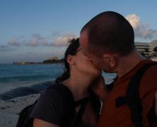 pareja basandose en la playa