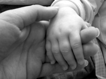 manos agarradas niño y adulto