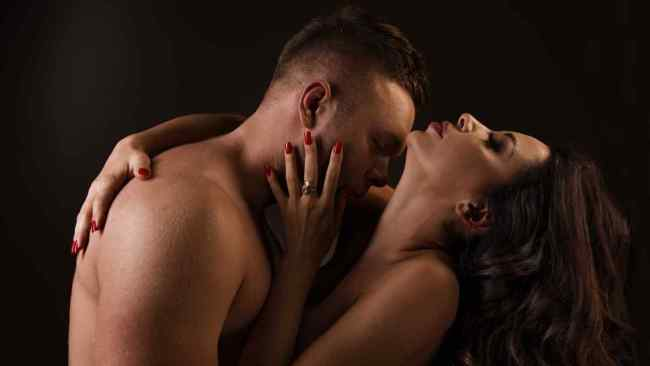 pareja-besandose