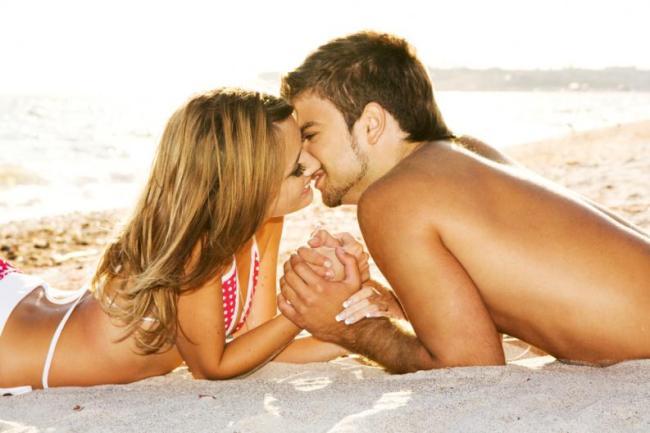 pareja-besandose-en-la-playa
